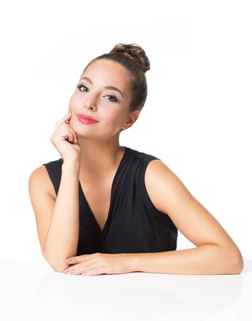 Portret pięknej brunetki w eleganckim makijażu.