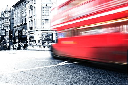 buss: Red buss crossing intersection in London