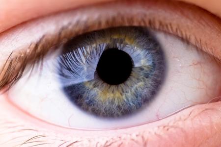 Close-up van een oog met grote details weergegeven in het hoornvlies. Stockfoto