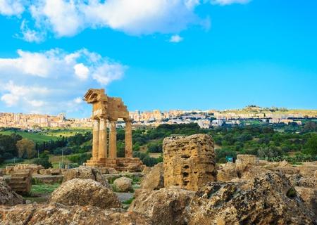 templo griego: Templo griego con la vista de Agrigento en el valle de los templos, Sicilia.