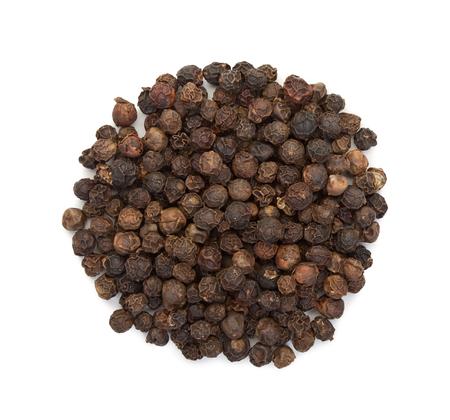 Die Samen des schwarzen Pfeffers, ein Haufen, Draufsicht über einen weißen Hintergrund, Nahaufnahme.