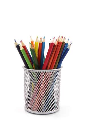 Crayons de couleur dans un pot isol�es sur fond blanc