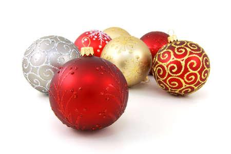 Sept diff�rents de verre boules de No�l sur fond blanc pur