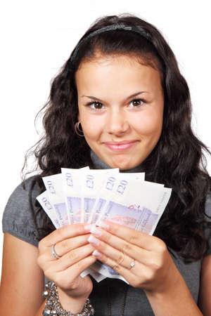 cash in hand: una joven dispuesta a ir de compras