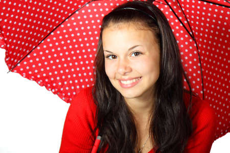 jeune femme avec un parasol en pointill�s rouge souriant Banque d'images