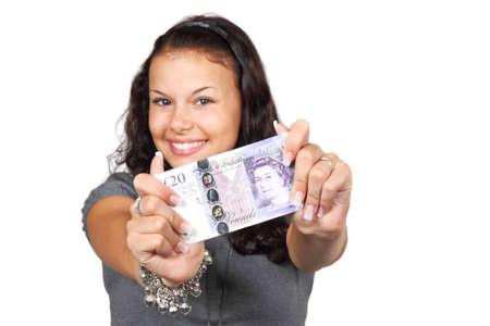 Briten: Junge Frau zeigt zwanzig Pfund Rechnung isoliert auf wei�em Hintergrund