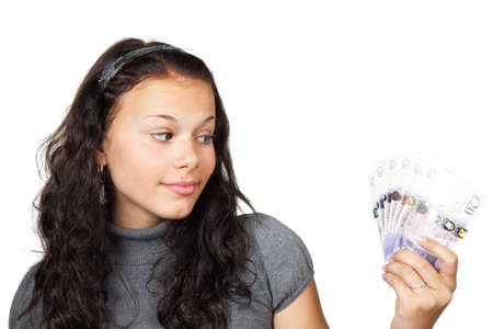 Jeune femme regardait curieusement argent