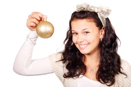 Jeune femme avec une boule de No�l or isol� sur fond blanc Banque d'images