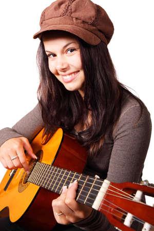 Jeune femme joue la guitare acoustique isol�e sur fond blanc