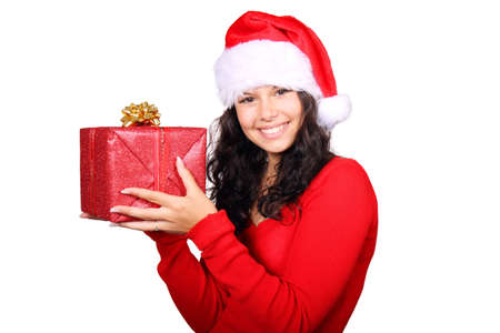 Fille de Santa souriante tenant un cadeau de No�l rouge isol� sur fond blanc