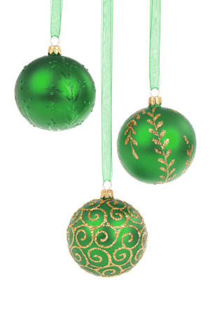 Trois boules de No�l verts pendaison isol� sur fond blanc