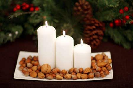 bougies et noix sur la plaque � No�l Banque d'images