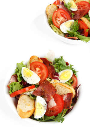 Salade de frais sains en bols isol� sur fond blanc