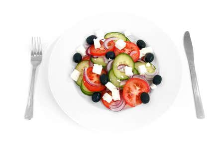 salade grecque sur plaque blanche avec fork et couteau isol� sur fond blanc