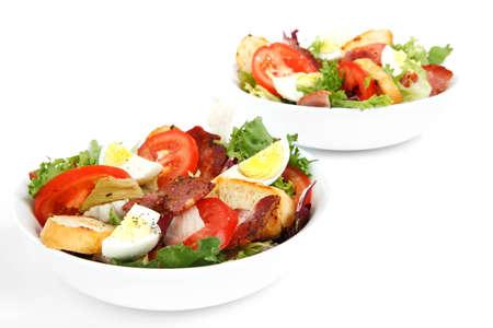 Salade fra�che compos�e dans un bol, isol� sur fond blanc