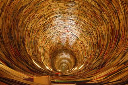 un tunnel de livre dans la biblioth�que de Prague. Oui, les miroirs sont utilis�s pour cr�er cet effet. Banque d'images