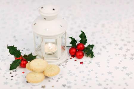 lanterne, holly et tartes hachis sur fond �toil� Banque d'images