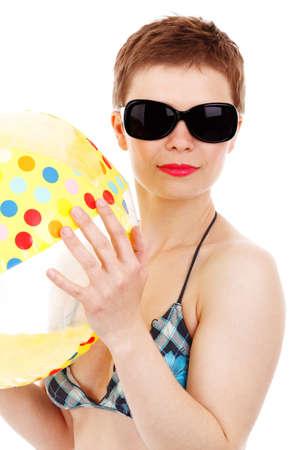 jeune femme en bikini avec un lunettes de soleil de plage balland isol�es sur fond blanc Banque d'images