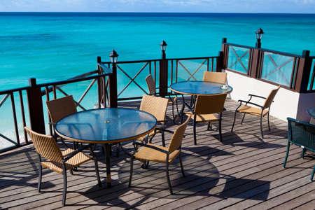 des tables de restaurant avec vue sur la mer