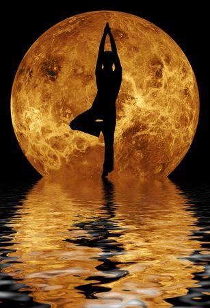 zon maan: yoga in voorkant van de maan