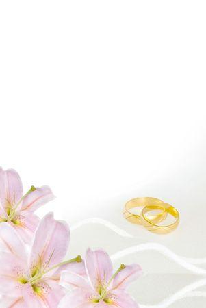 lily flowers: invitaci�n de boda o tarjetas de felicitaci�n en blanco con flores de lirio y anillos de oro Foto de archivo