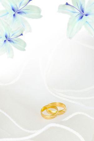 lirio blanco: invitaci�n de boda o tarjetas de felicitaci�n en blanco con flores de lirio y anillos de oro Foto de archivo