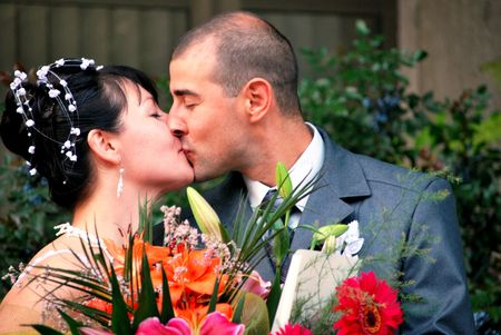 kissing bride and groom portrait with flowers Reklamní fotografie - 6593717