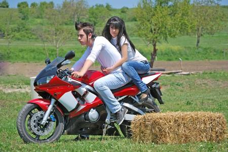 motorrad frau: junges Paar in der Liebe, die Reiten einer Motorrades  Lizenzfreie Bilder
