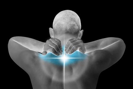 sportmassage: jongeman met nek pijn maken massage