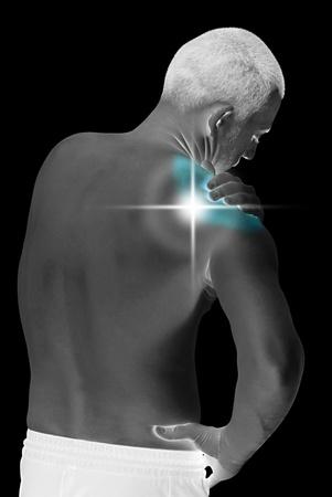 douleur epaule: jeune homme ayant le cou et les �paules ache faisant le massage