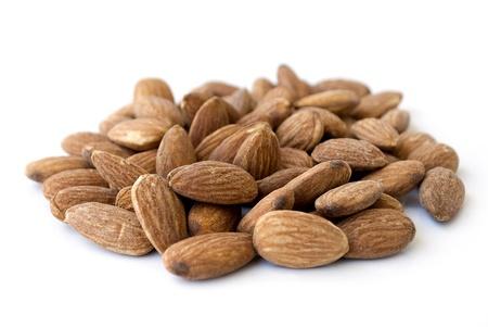 frutas secas: pila de almendras nueces aislados en blanco