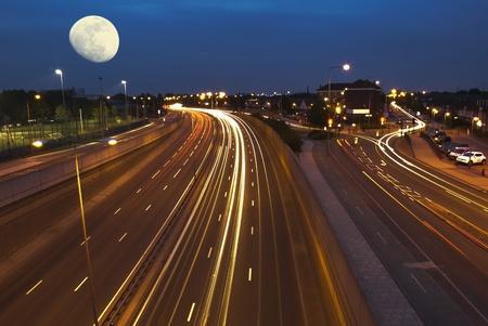 Londen verkeerslichten 's nachts boven een brug