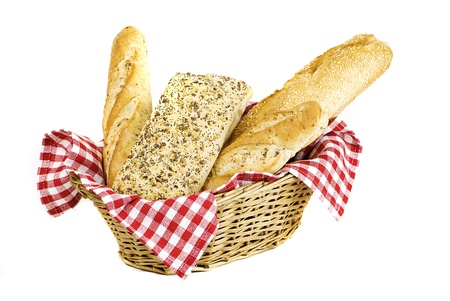 canasta de pan: variedad de pan recién horneado diferentes en la canasta aislados sobre fondo blanco