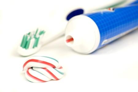 dientes con caries: blanco, rojo, azul y pasta de dientes apretó aislado en un fondo blanco