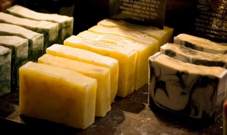 organische zelfgemaakte kruiden zeep op de markt