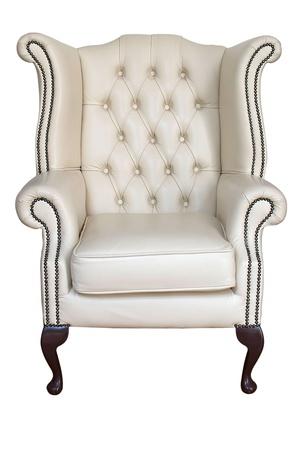 antiek crème lederen fauteuil op wit wordt geïsoleerd