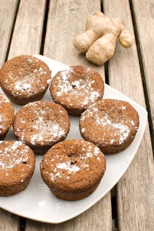 galletas de jengibre: galletas hechas en casa de jengibre sobre la mesa de madera con ra�z de jengibre fresco
