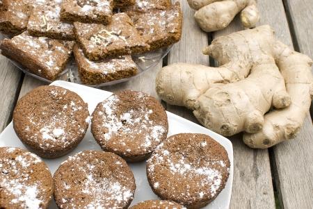 galletas de jengibre: galletas hechas en casa de jengibre sobre tabla de madera con raíz de jengibre fresco