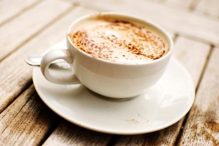 Tasse Cappuccino über Holztisch Standard-Bild - 17208686