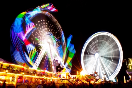 long exposure pictures of amusement park rides and wheels at night Standard-Bild