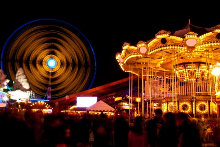lange blootstelling foto's van pretpark attracties en wielen in de nacht