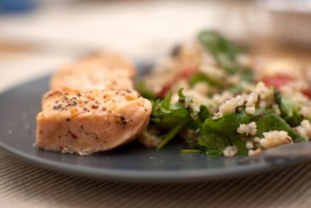 geroosterde zalmfilet met verse groene bladeren salade en quinoa