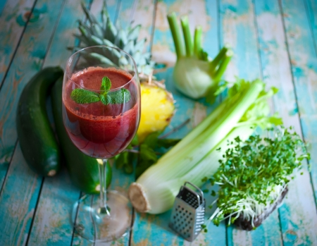 berros: recién exprimido jugo de verduras orgánicas y frutas Foto de archivo