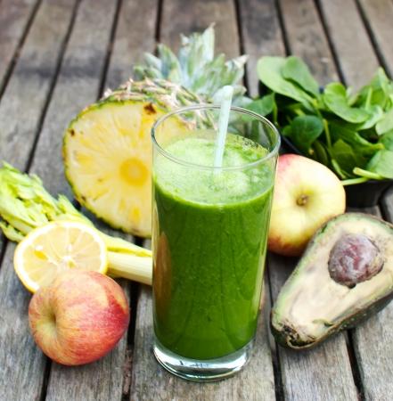 batidos frutas: jugo reci�n hecho de frutas y verduras Juiced