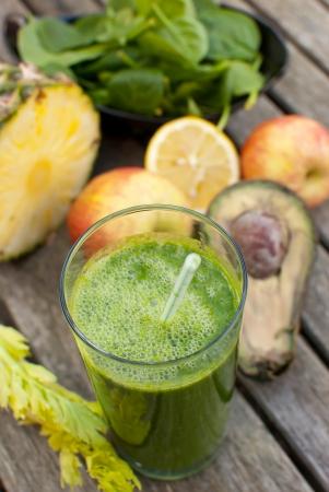 jugo verde: jugo reci�n hecho de frutas y verduras Juiced