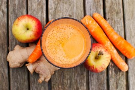 gezond sap gemaakt van vers geperst fruit en groenten Stockfoto