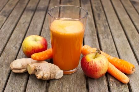 jugo recién hecho de frutas y verduras Juiced
