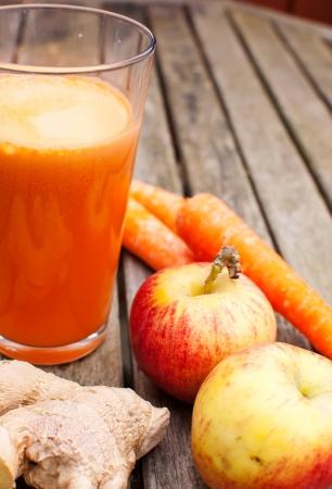 verre de jus d orange: jus de saine composée de fruits fraîchement Juiced et légumes