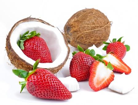 gezond vers fruit - aardbeien en kokos geïsoleerd op witte achtergrond Stockfoto