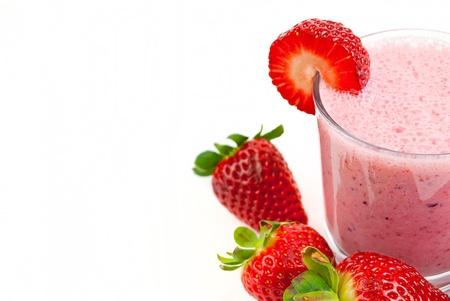 gezonde aardbei smoothie geïsoleerd op witte achtergrond